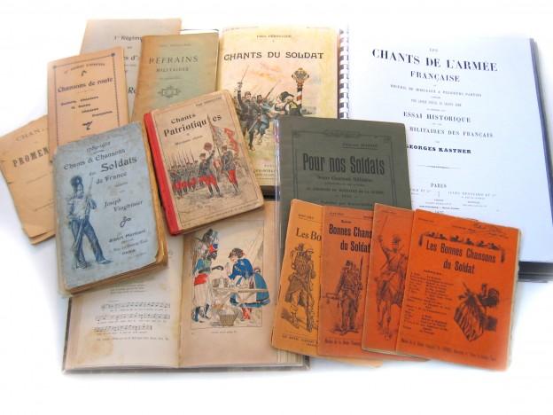 Avant la guerre de 14, les Žditions de recueils de chants montrent que la culture militaire n'est pas l'apanage des seuls militaires. Les multiples Žditions de Chants du soldat de DŽroulde, l'ouvrage de Vingtrinier (au milieu ˆ gauche) et celui de Sarrepont (ouvert en bas ˆ gauche) montrent que ces livres ne sont pas rŽservŽs aux militaires. La collection de La bonne chanson de Botrel (en bas ˆ droite), n'est qu'un dŽveloppement de ses publications destinŽes pour tous publics. Seuls l'ouvrage de Kastner (en haut ˆ droite) et les petits carnets (en haut ˆ gauche) sont destinŽs spŽcifiquement aux militaires.